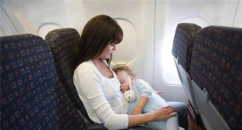 (3)在飞机起飞和降落时不能让宝宝睡觉,因为睡眠时耳膜发生气压伤的