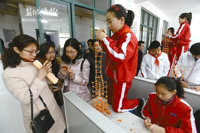 同学们用牙签搭胡萝卜塔