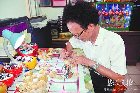 """七旬退休老人创作""""葫芦脸谱"""" 半年画了400多个"""