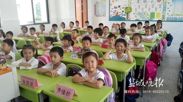 该校区一年级10个班级中,每个学生的课桌上都放了一个姓名牌.