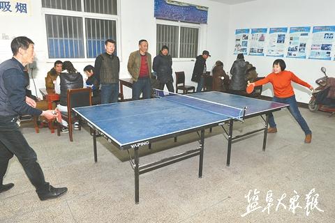 △活动室内,乒乓球桌上球拍来回推挡,居民玩得正欢.陆军 摄图片