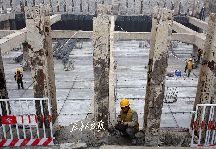 △电工人隧道施工现场检查,维修电路.