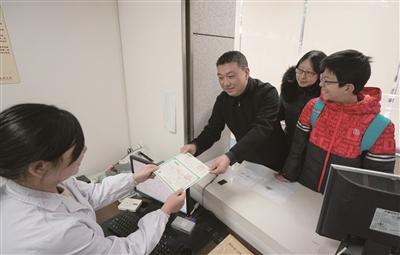 2019年1月1日,新生儿家人拿到南京第一张新版《出生医学证明》。(医院供图)