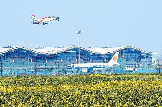 一架波音737客机首次降落盐城机场,中午1时多,盐城至北京航班的乘客