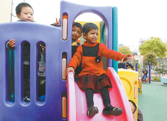 """莲花""""的2岁半印度小女孩正在市机关幼儿园和小托班的小朋友们一起玩耍"""