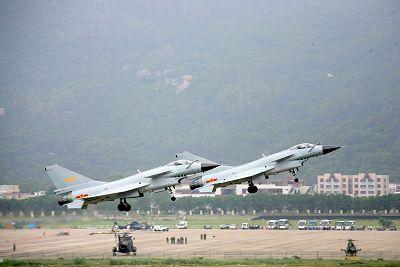 11月1日,参加珠海航展的中方飞机歼10,歼8等,全部飞上天空一一亮相.